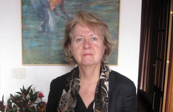 1-la-poeta-y-novelista-angela-martin-del-burgo-570x371